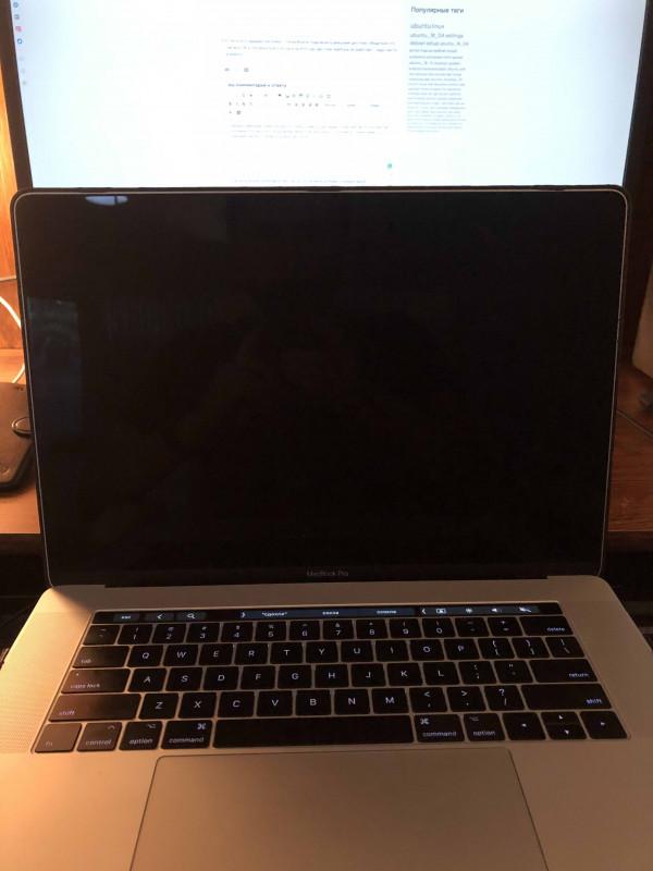 раскрытый макбук - экран черный